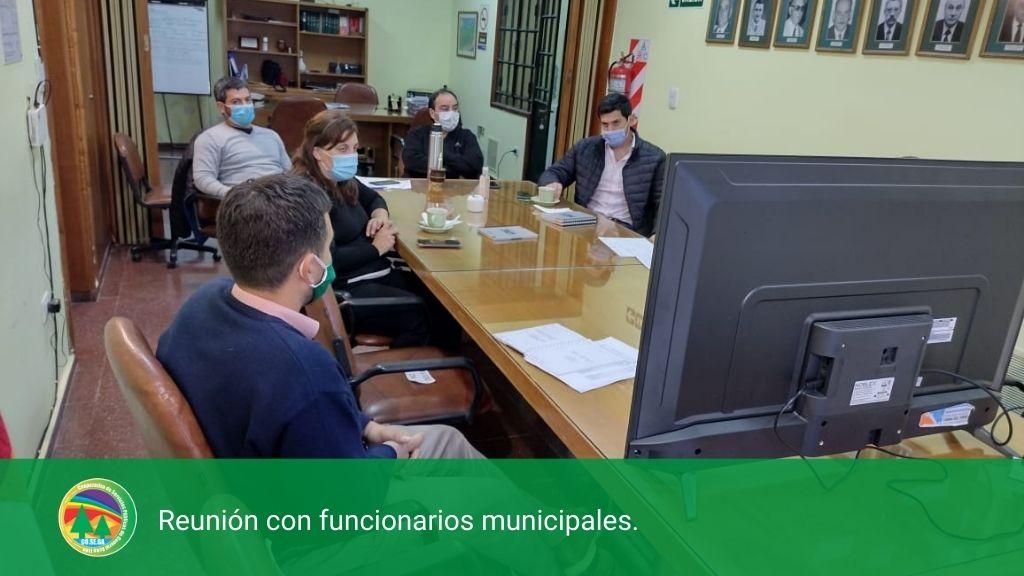 Reunión con funcionarios municipales.