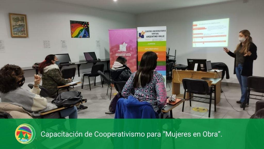 """Capacitación de Cooperativismo para """"Mujeres en Obra""""."""